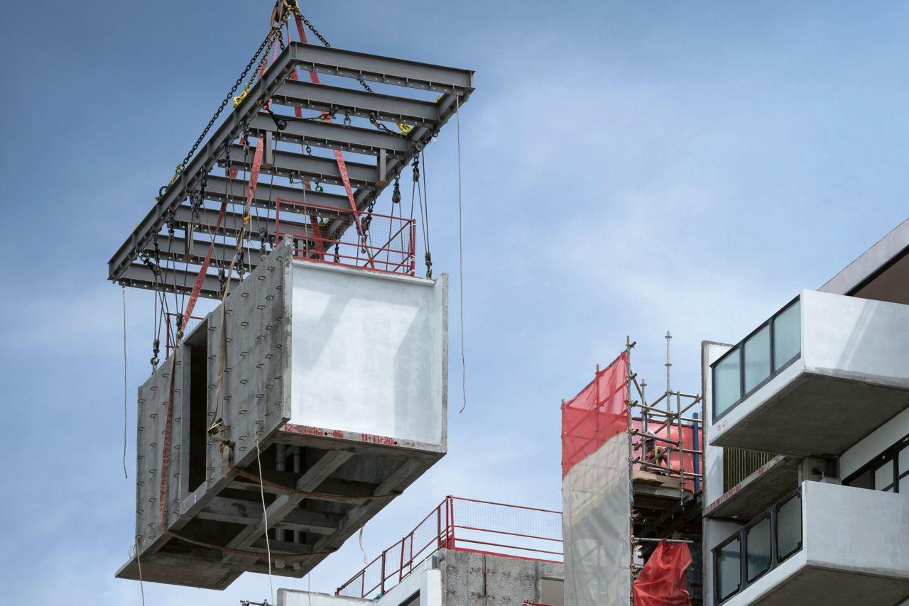 Avenue South Residences ist das weltweit höchste Gebäude, das im Modulbau gefertigt wird. Dieser Wolkenkratzer entsteht ebenfalls in Singapur. Bis 2022 erreichen die beiden Türme eine Höhe von 192 m und bieten Raum für mehr als 1'000 exklusive Wohnungen. Um die bis zu 30 Tonnen schweren Module in die richtige Position zu bringen, sind spezielle Baukräne im Einsatz.