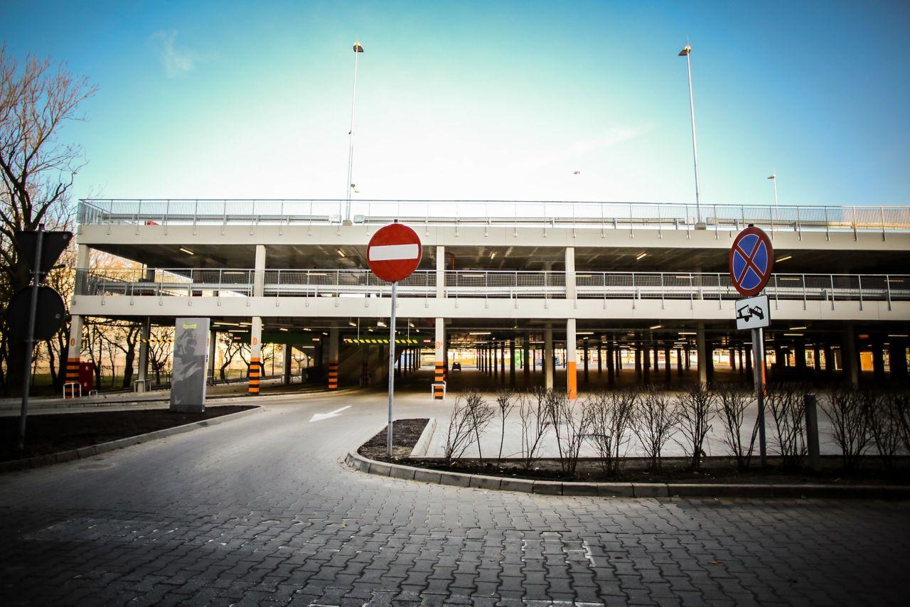 kauppakeskuksen pysäköintitalo Puola