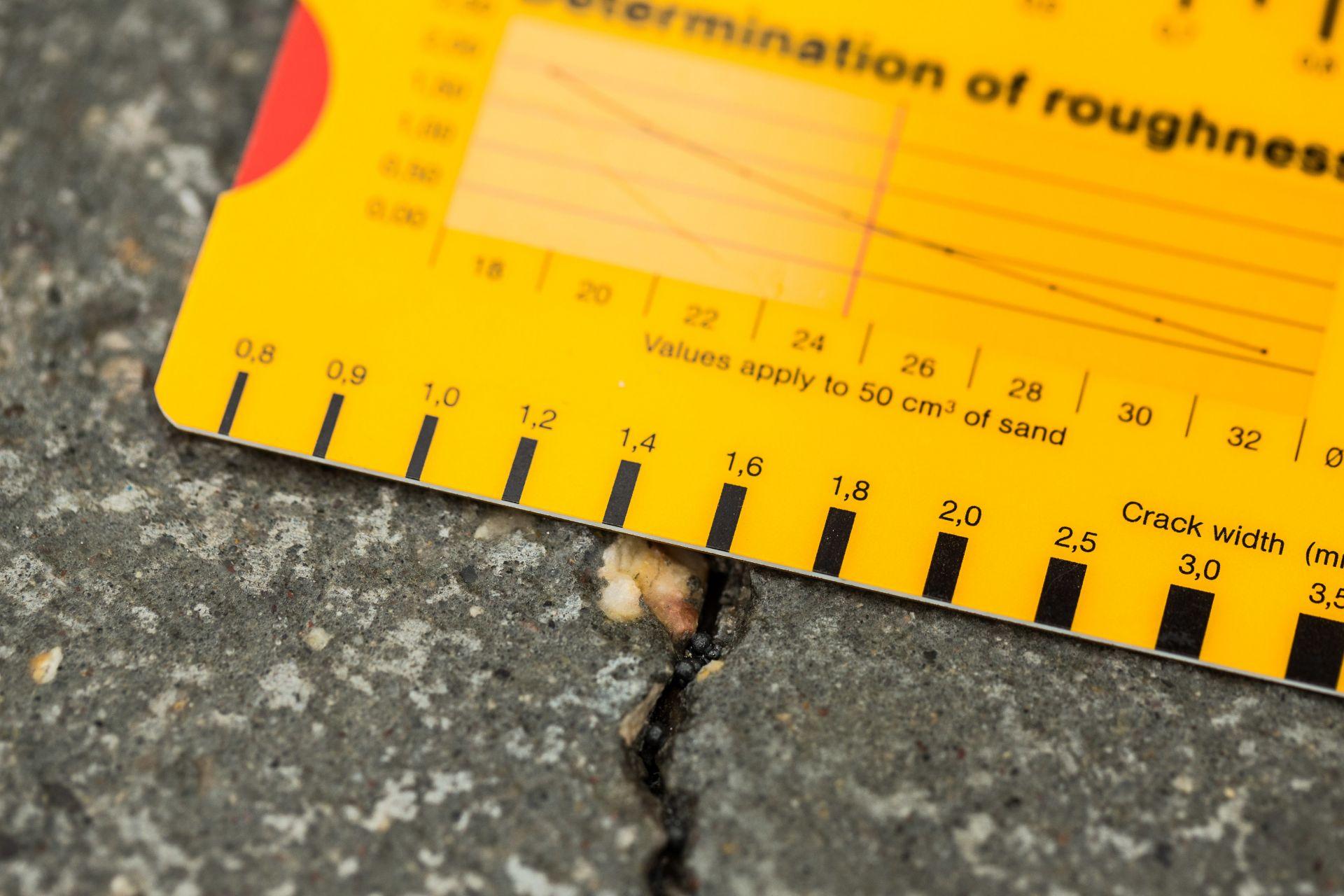 停车场地板上1.6毫米宽的裂缝