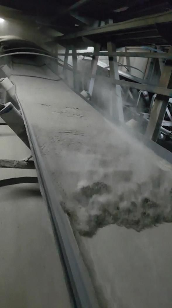 Backflow of cement on an inclined conveyor belt due to high powder flow