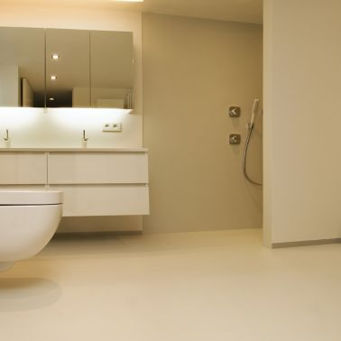 Sika ComfortFloor® beige floor in bathroom with beige walls