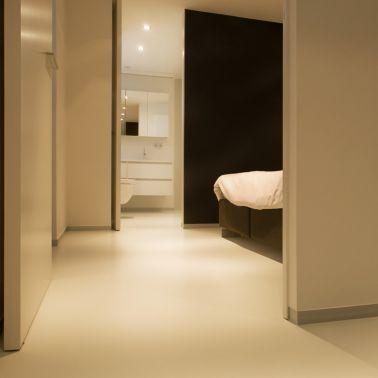 Sika ComfortFloor® beige floor in bedroom and bathroom in modern home
