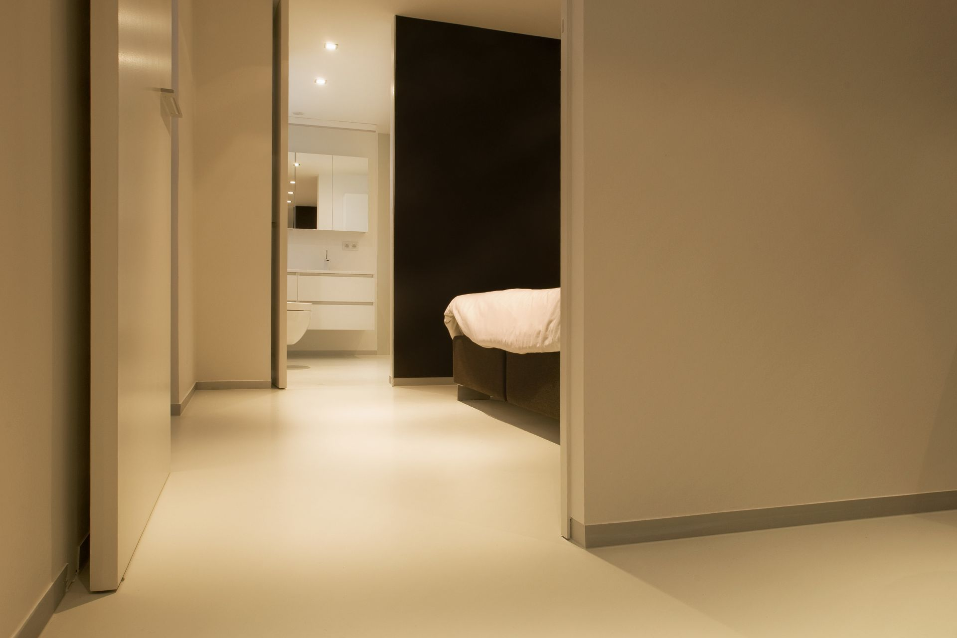 Sika ComfortFloor® beige floor in bedroom and bathroom in modern home