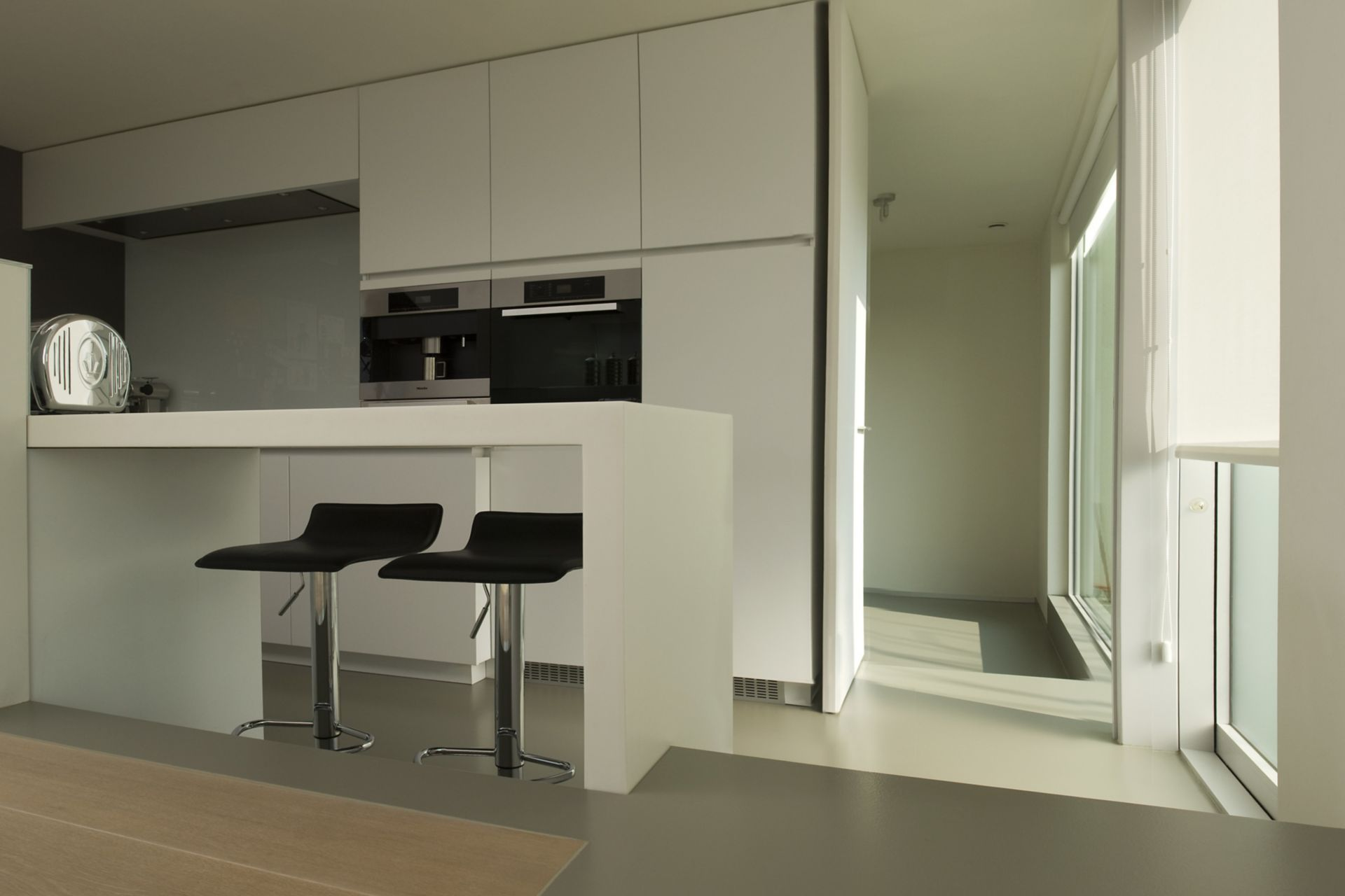 Sika ComfortFloor® grey floor in modern home kitchen with island