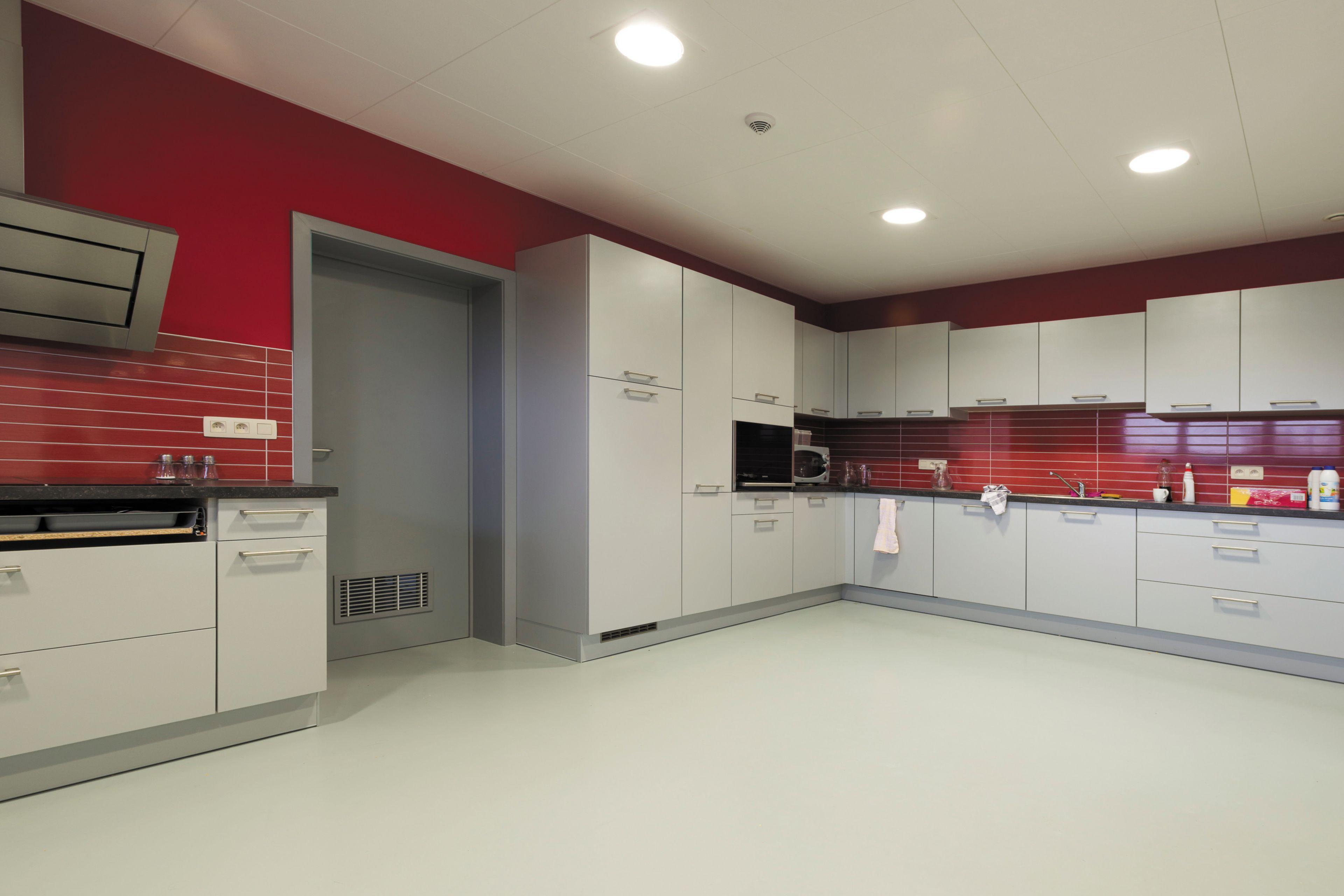 Sika ComfortFloor® grey floor in modern kitchen with red walls