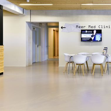 Sika ComfortFloor® beige grey floor in clinic lobby at Sportcomplex Willem Alexander in Hoofddorp, Netherlands