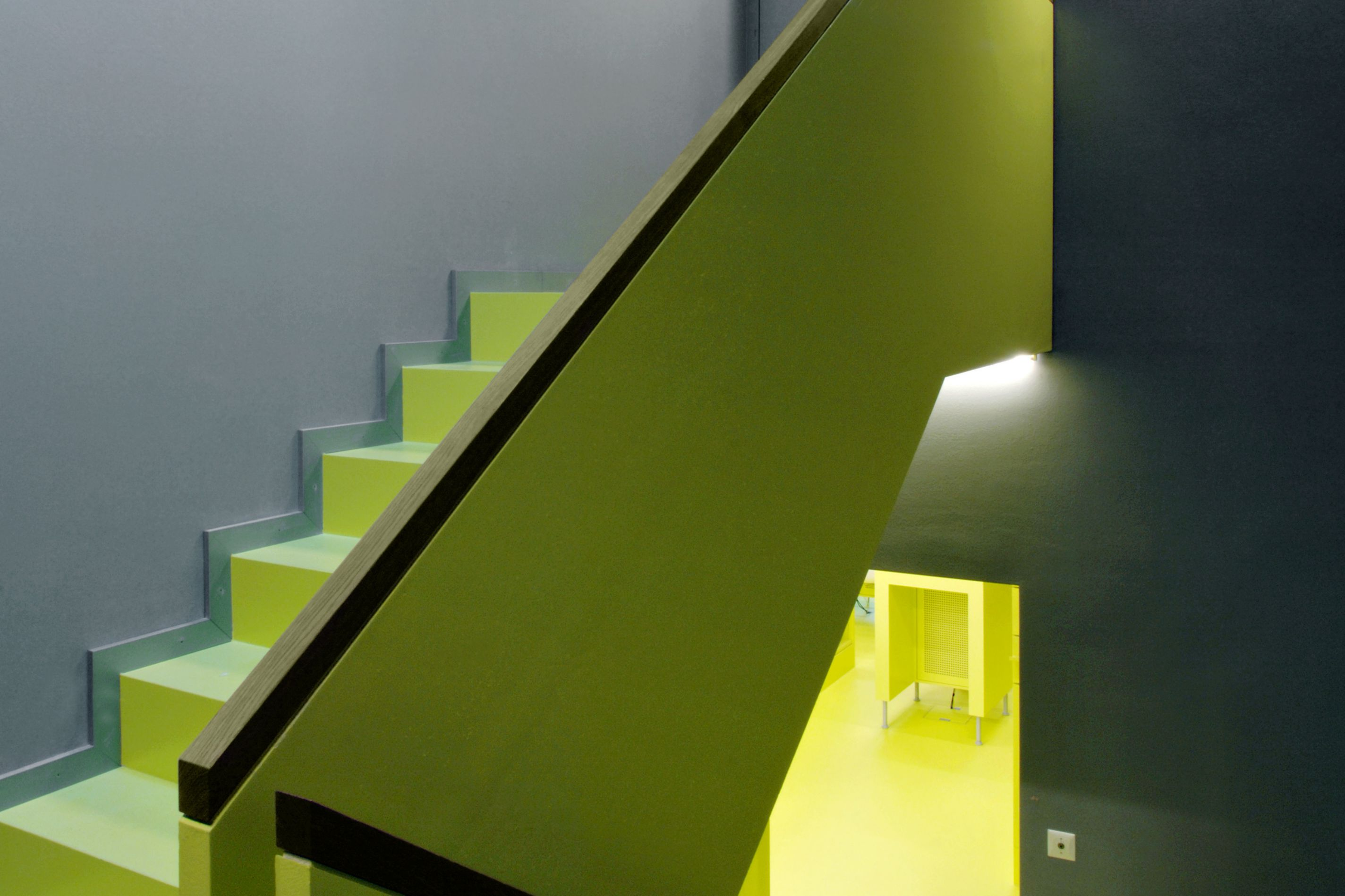 Sika ComfortFloor® green floor on stair with grey walls