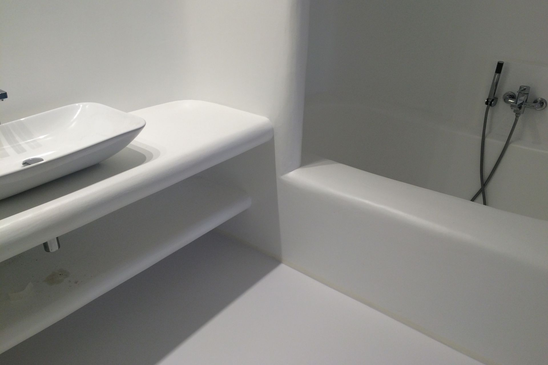 Sika ComfortFloor® white floor in modern white bathroom in hotel
