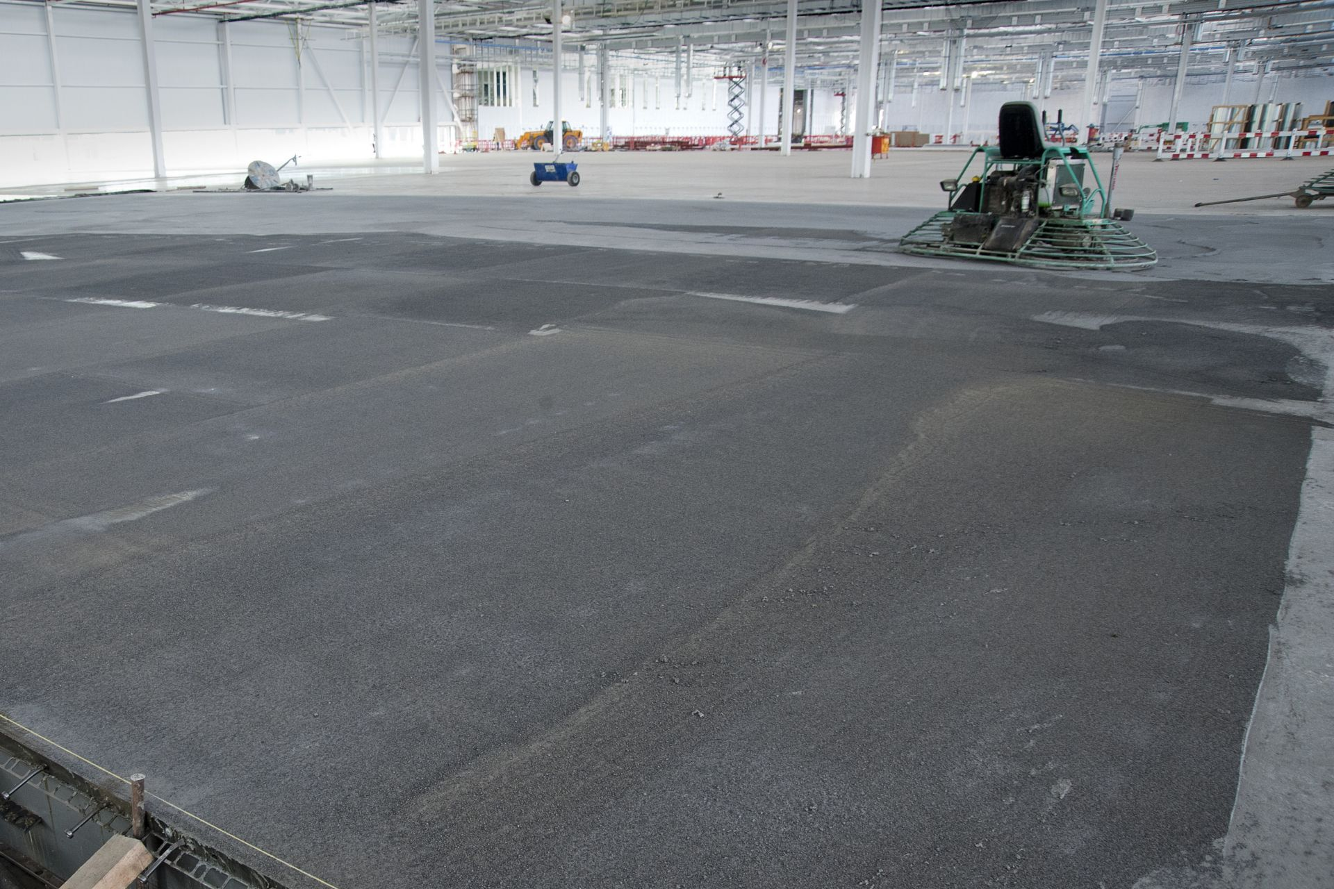 Finishing of concrete slab on grade flooring with fibers in warehouse
