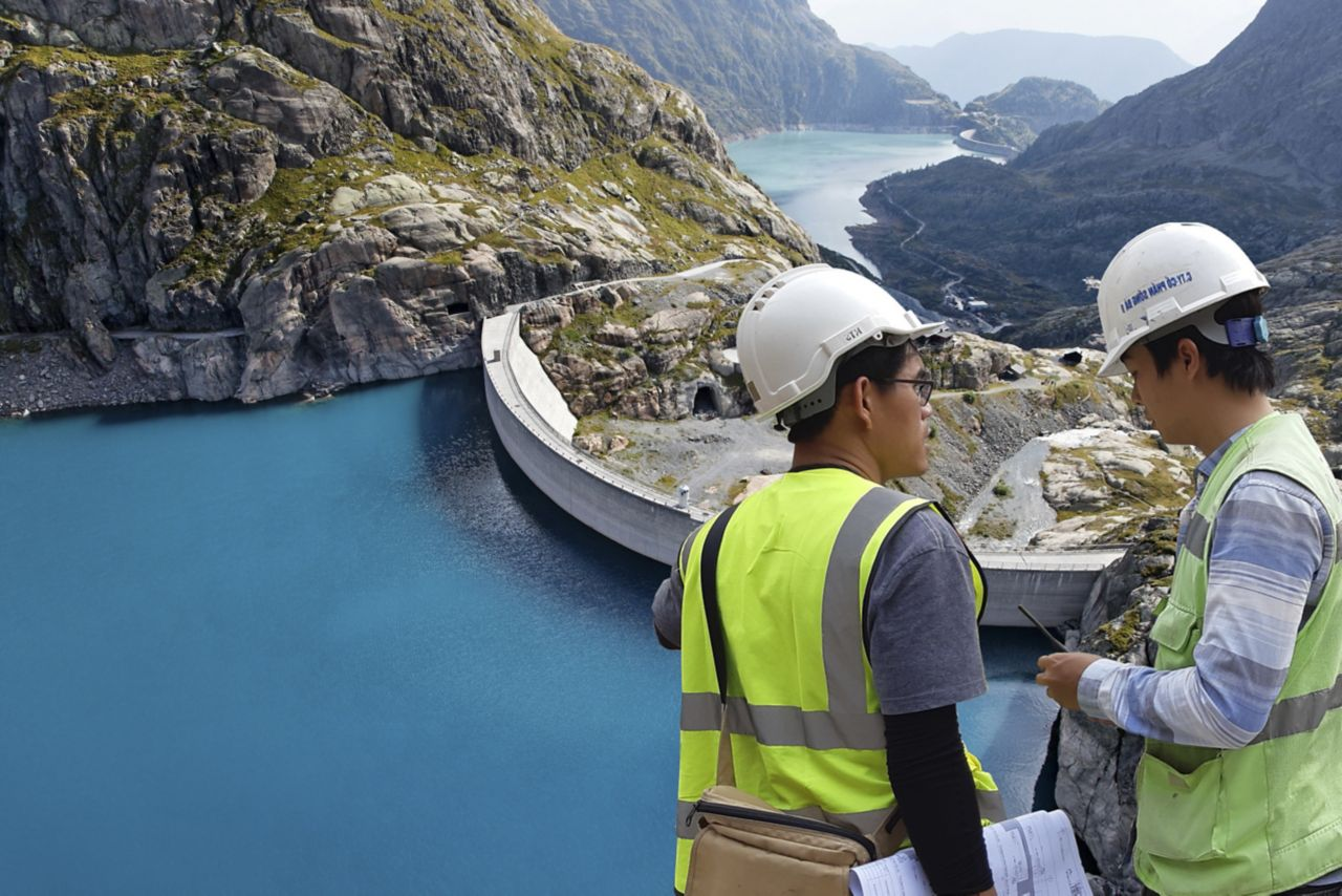 Sika engineer consults customer at dam project