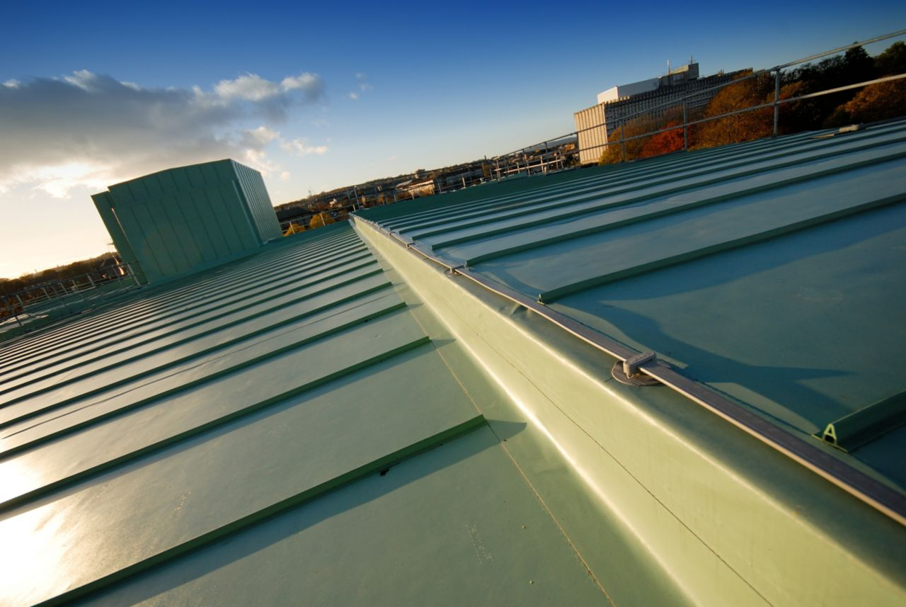 Single-ply roof membrane with metal rib decorative profile seam