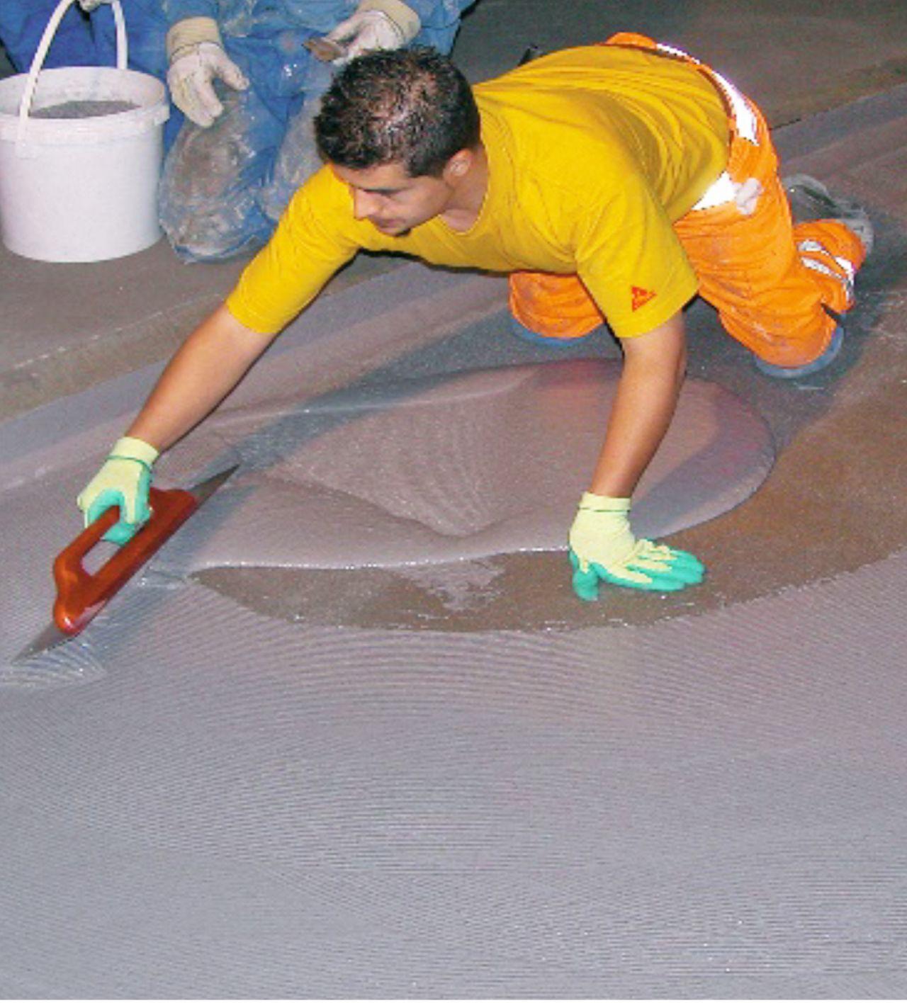 Anwendung des Selbstnivellisierungsprodukts Sikafloor Marine auf dem Schiffsdeck