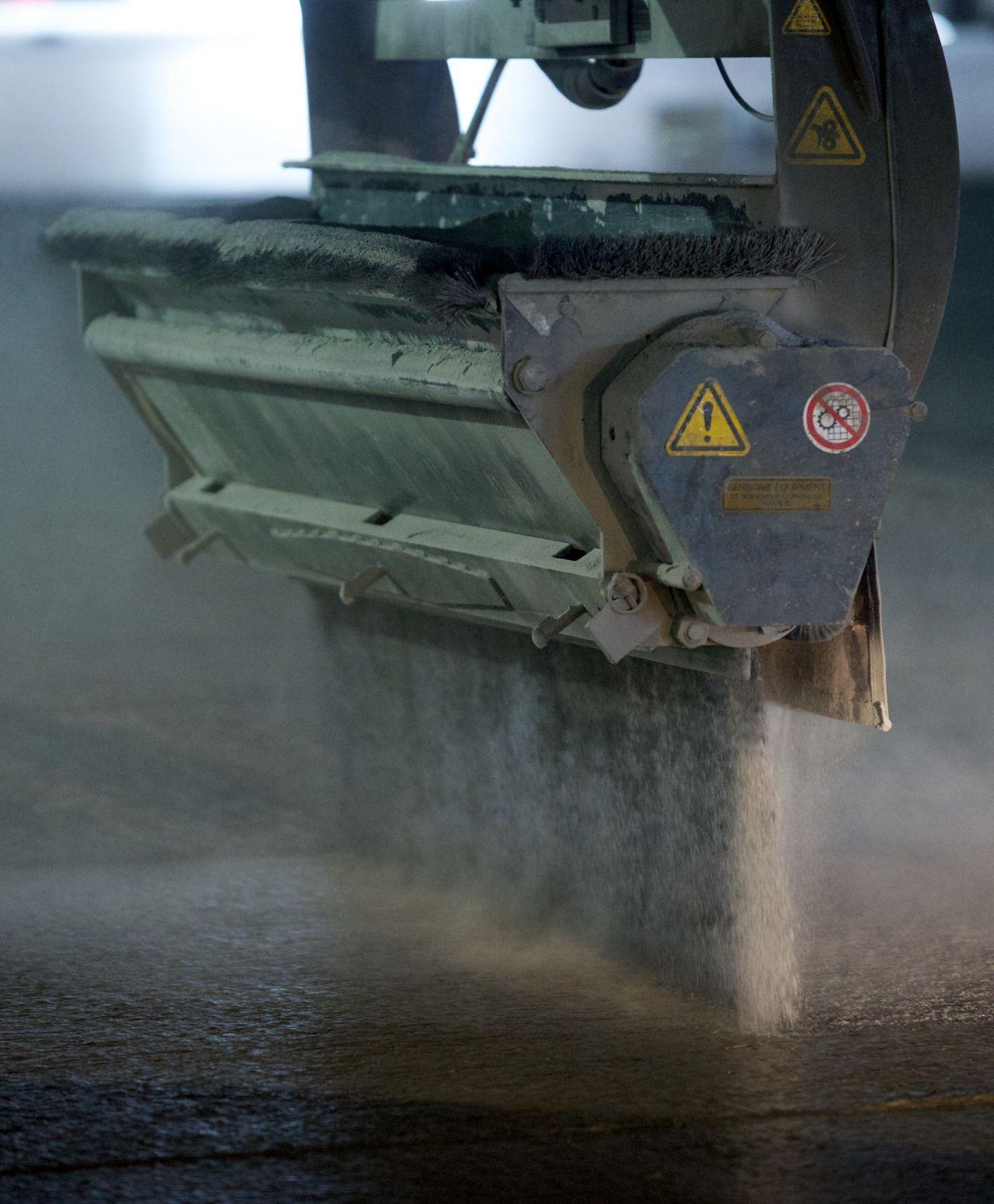Applying dry shake aggregate floor hardeners on freshly placed concrete