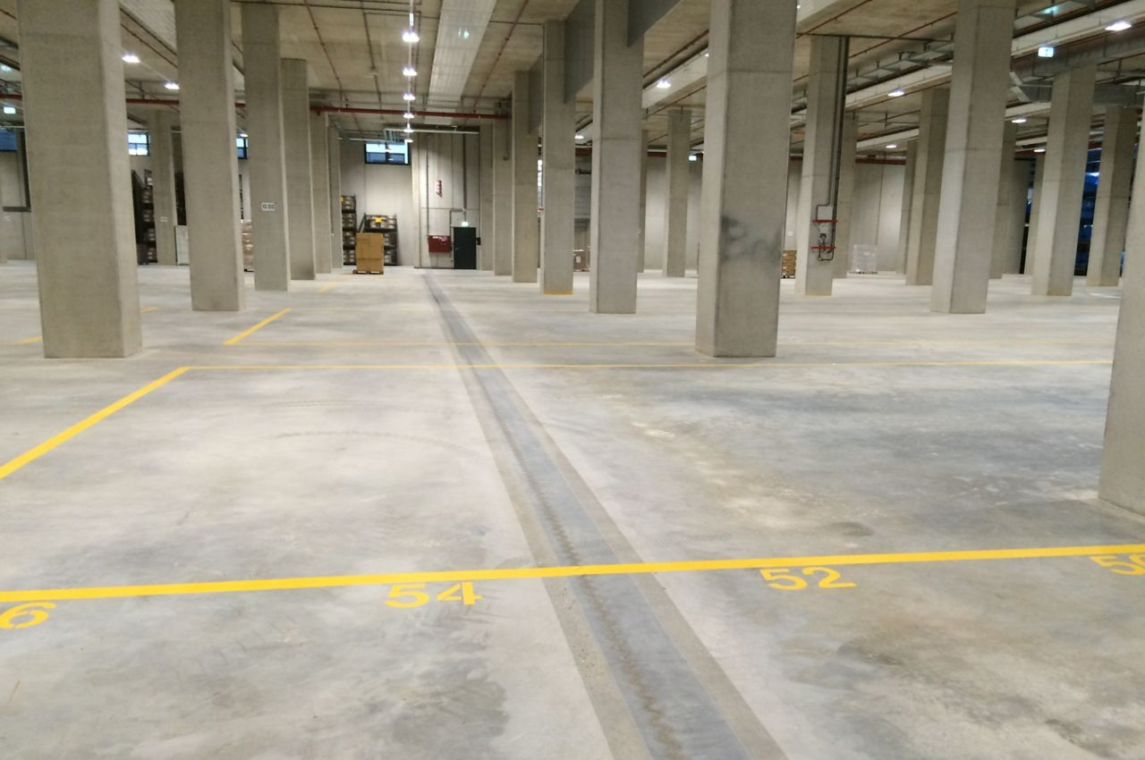 Floor joint in warehouse floor