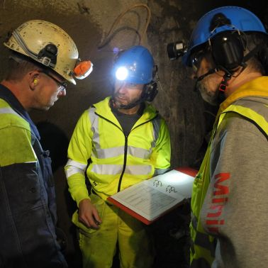Discussing shotcrete application with the Boliden Nozzlemen and technical personnel in the Garpenberg Mine