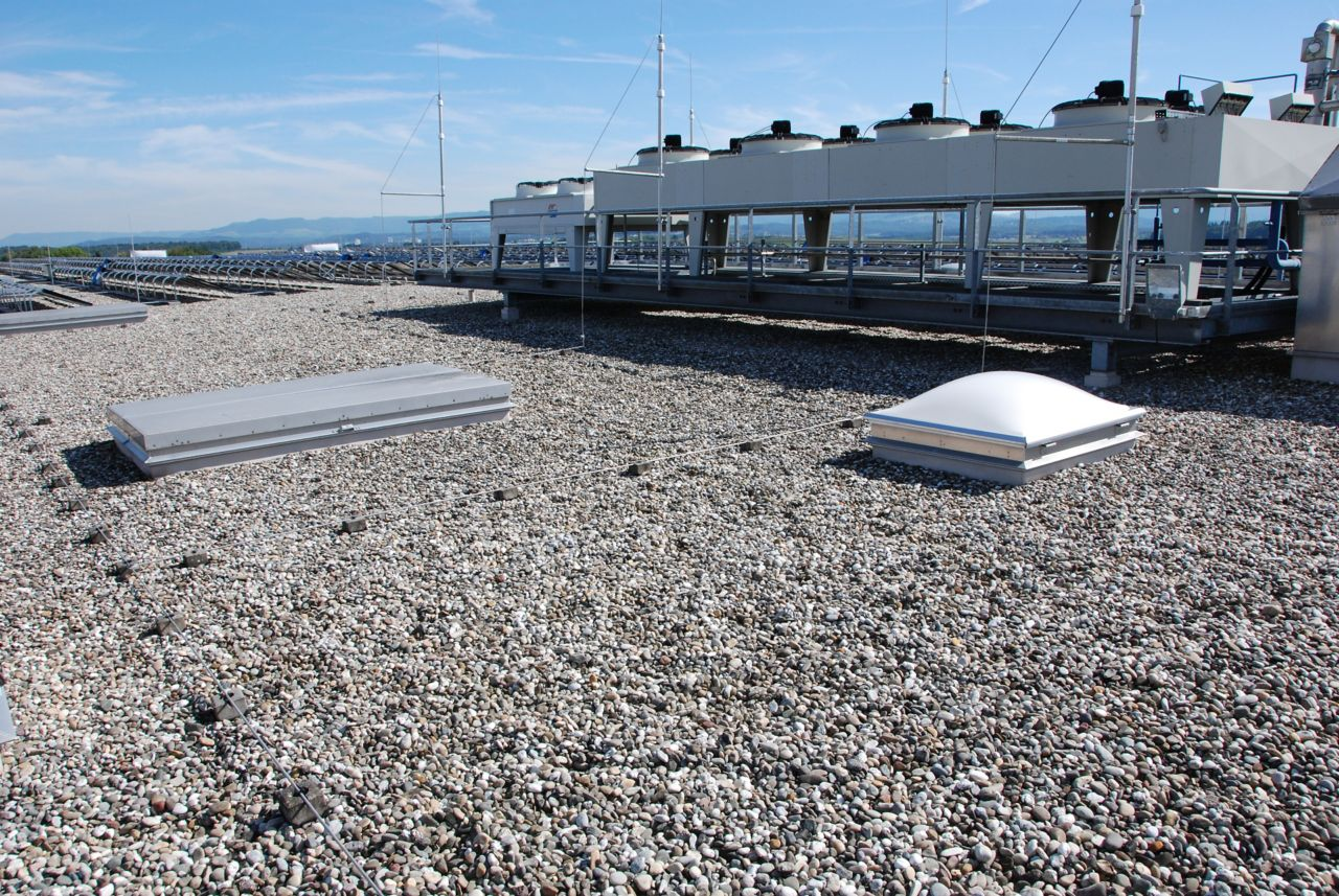 Gravel ballasted roof with single ply membranes