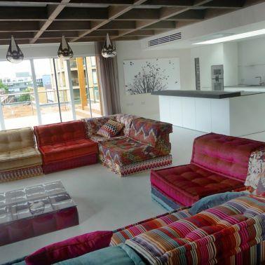 Sika ComfortFloor® grey floor in living room kitchen with red pattern sofa