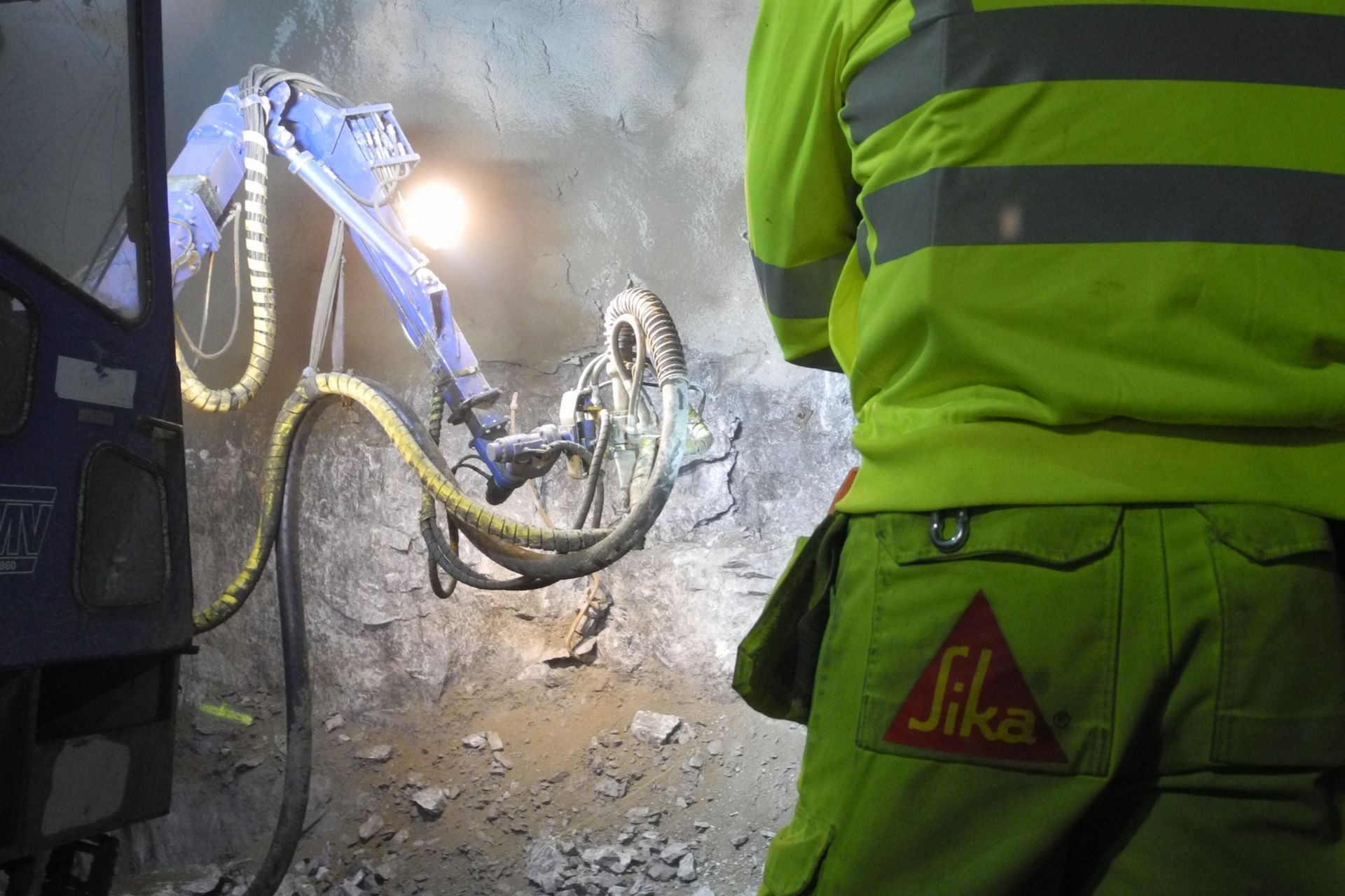 Spraying process underground using mobile piston pump spray units