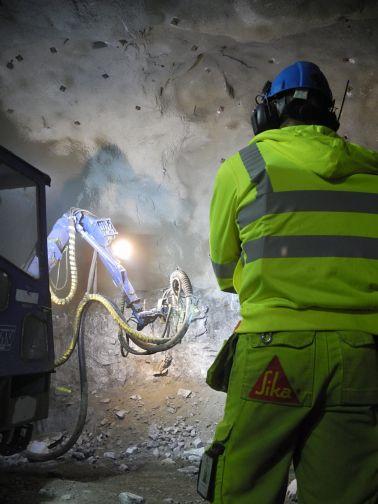 使用移动活塞泵喷涂装置喷涂地下喷涂过程