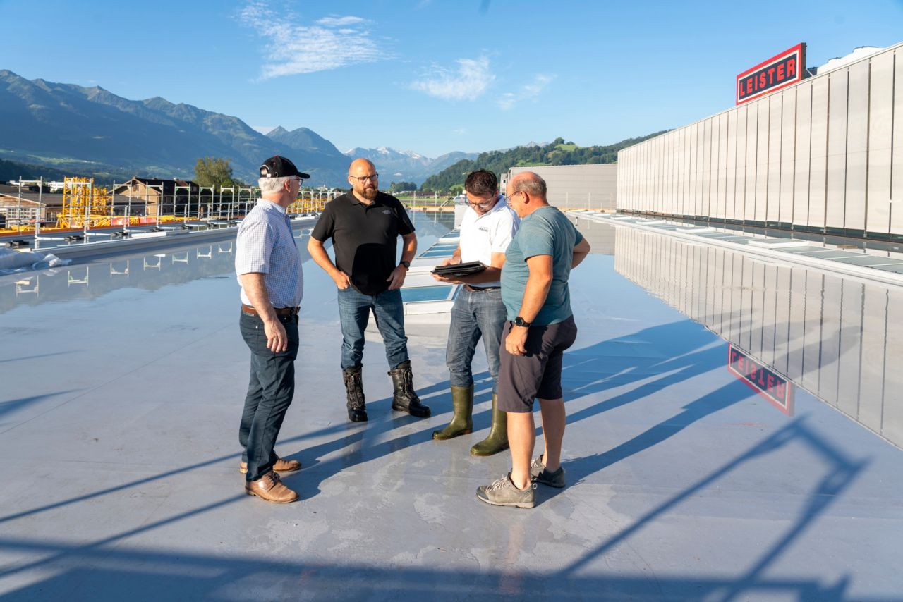Construction workers on the roof of Leister Technologies AG