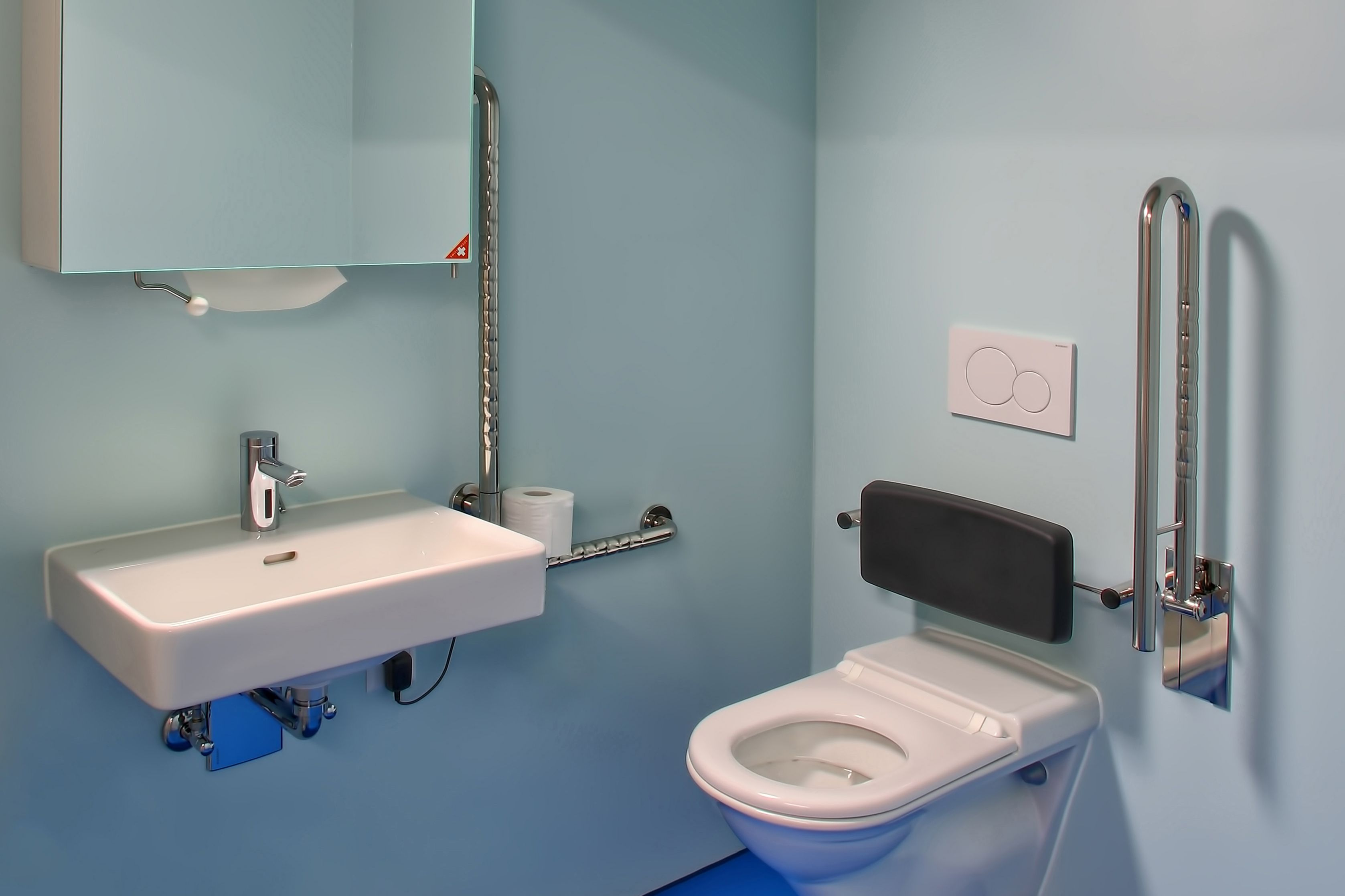 Blue floor made with Sika Comfortfloor system in a bathroom