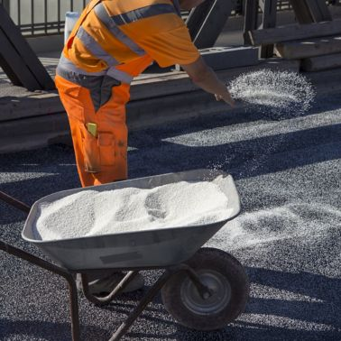Applying hot asphalt with Sika Ergodur and Sikalastic at the Neutorbridge in Ulm, Germany
