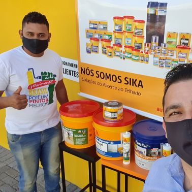 A Brazilian customer and a Sika sales representative working together.