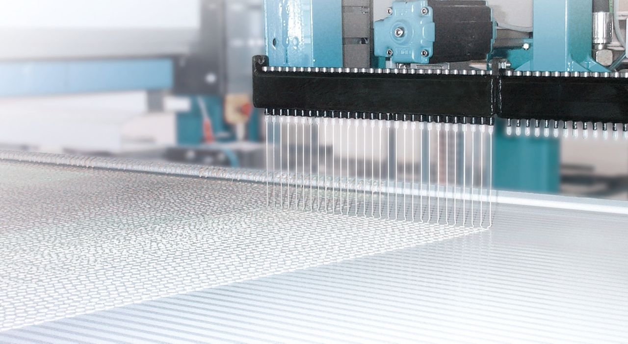 Lamination of a sandwich panel with glue in a factory
