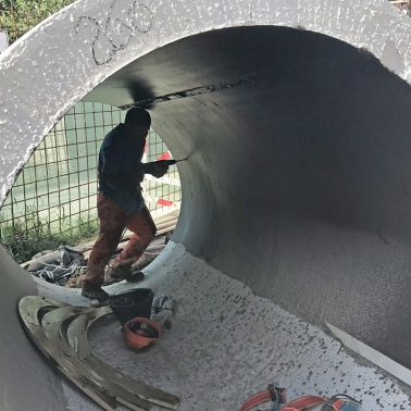 Man working in a precast tunnel element in Buenos Aires