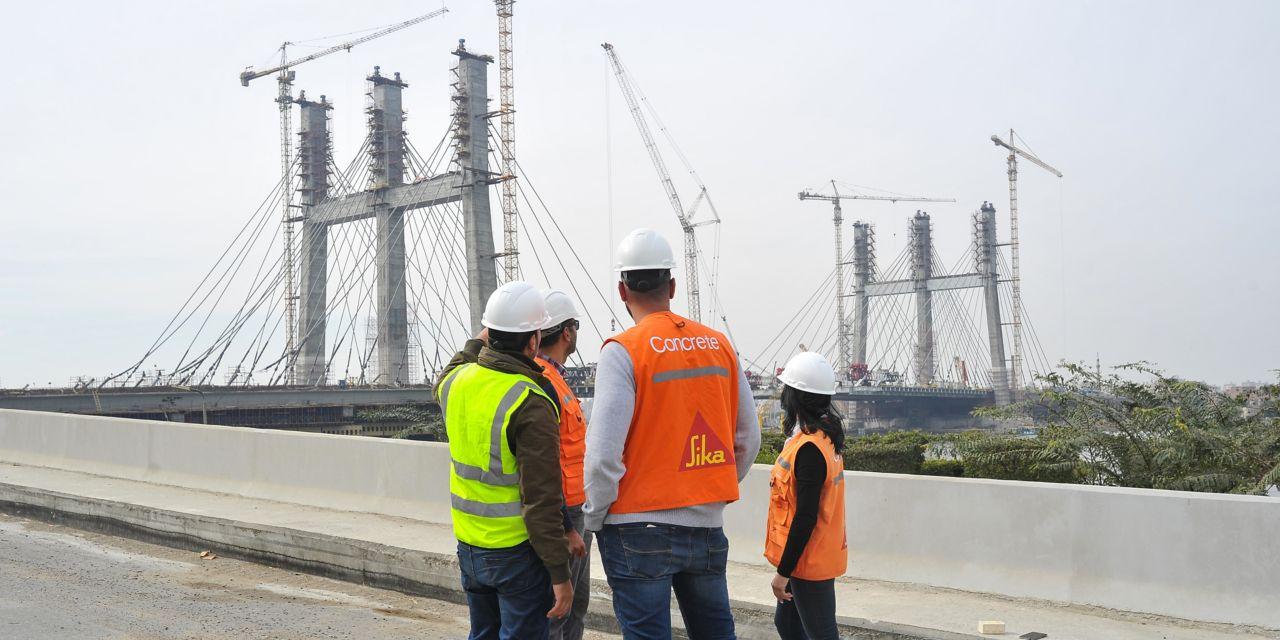 Sika concrete expert advising engineers during bridge construction