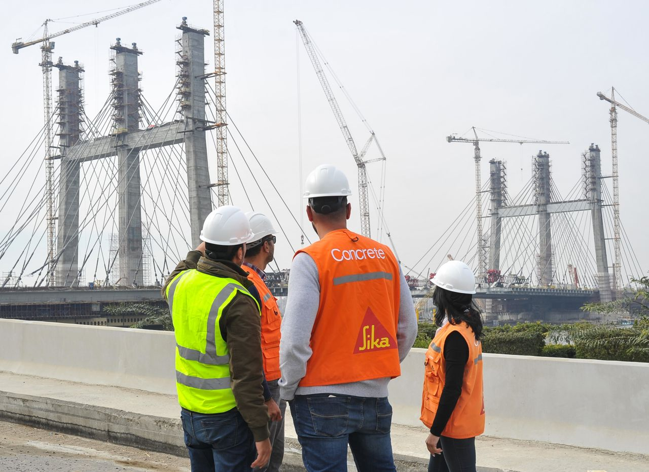 Sika concrete expert advising engineers during bridge construction