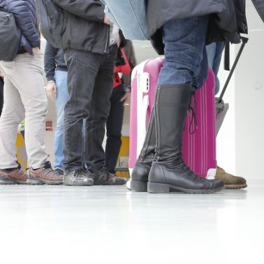 People waiting in line at airport on white floor made of Sika Comfortfloor