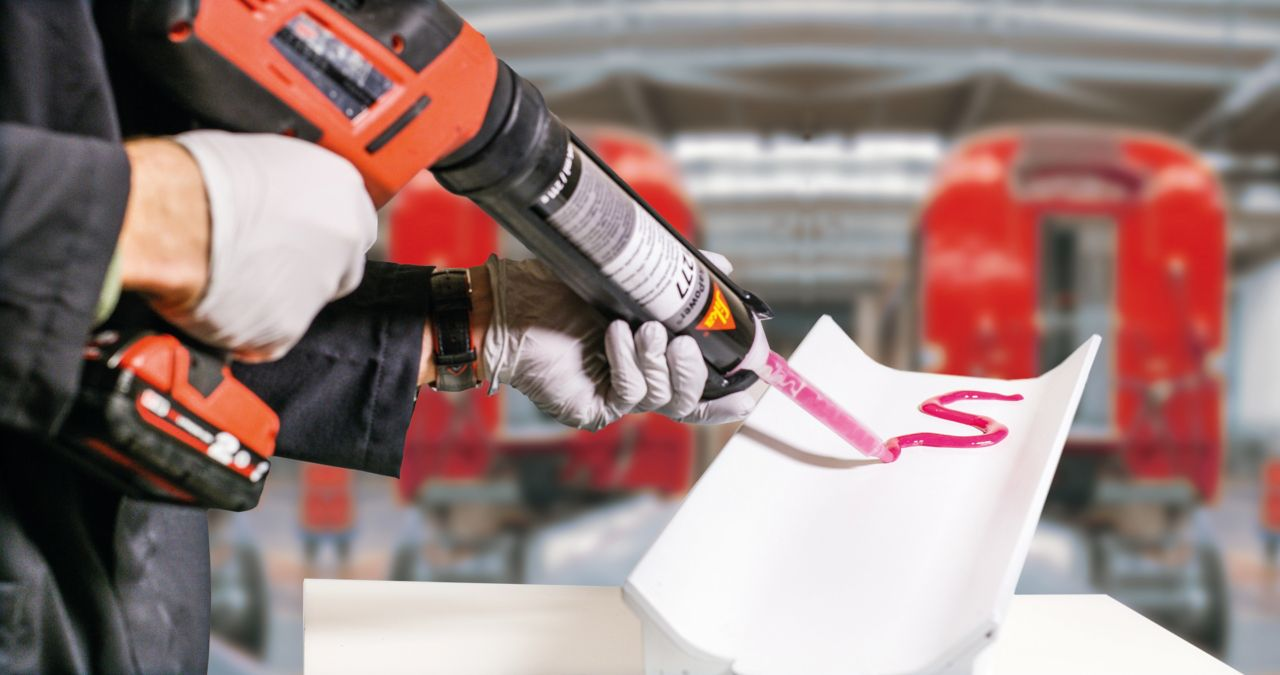 Structural bonding adhesive applicaton with a manual gun in a production center