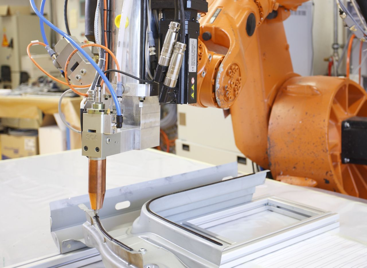 Liaison adhésive métallique avec application robot