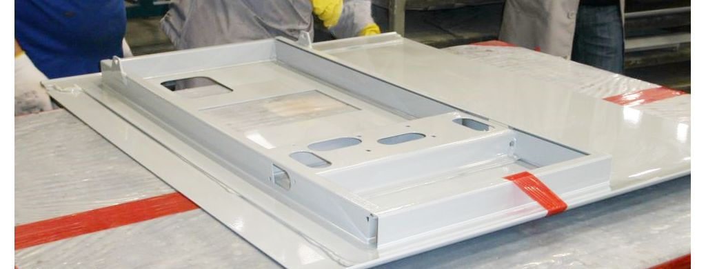 Application of a metal adhesive on a panel