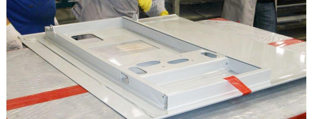 Toepassing van een metalen lijm op een paneel