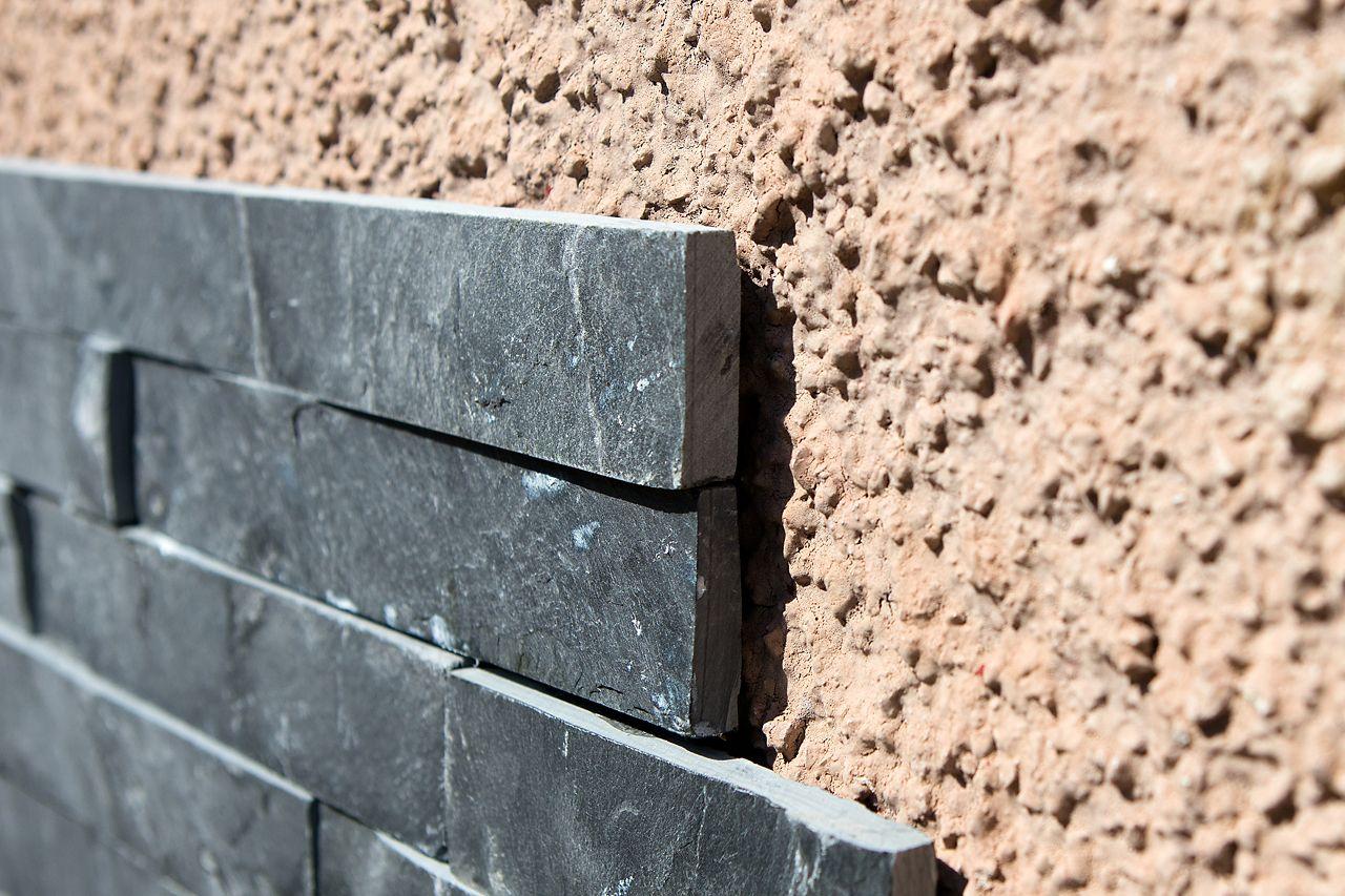 Piastrelle incollate su un muro poroso