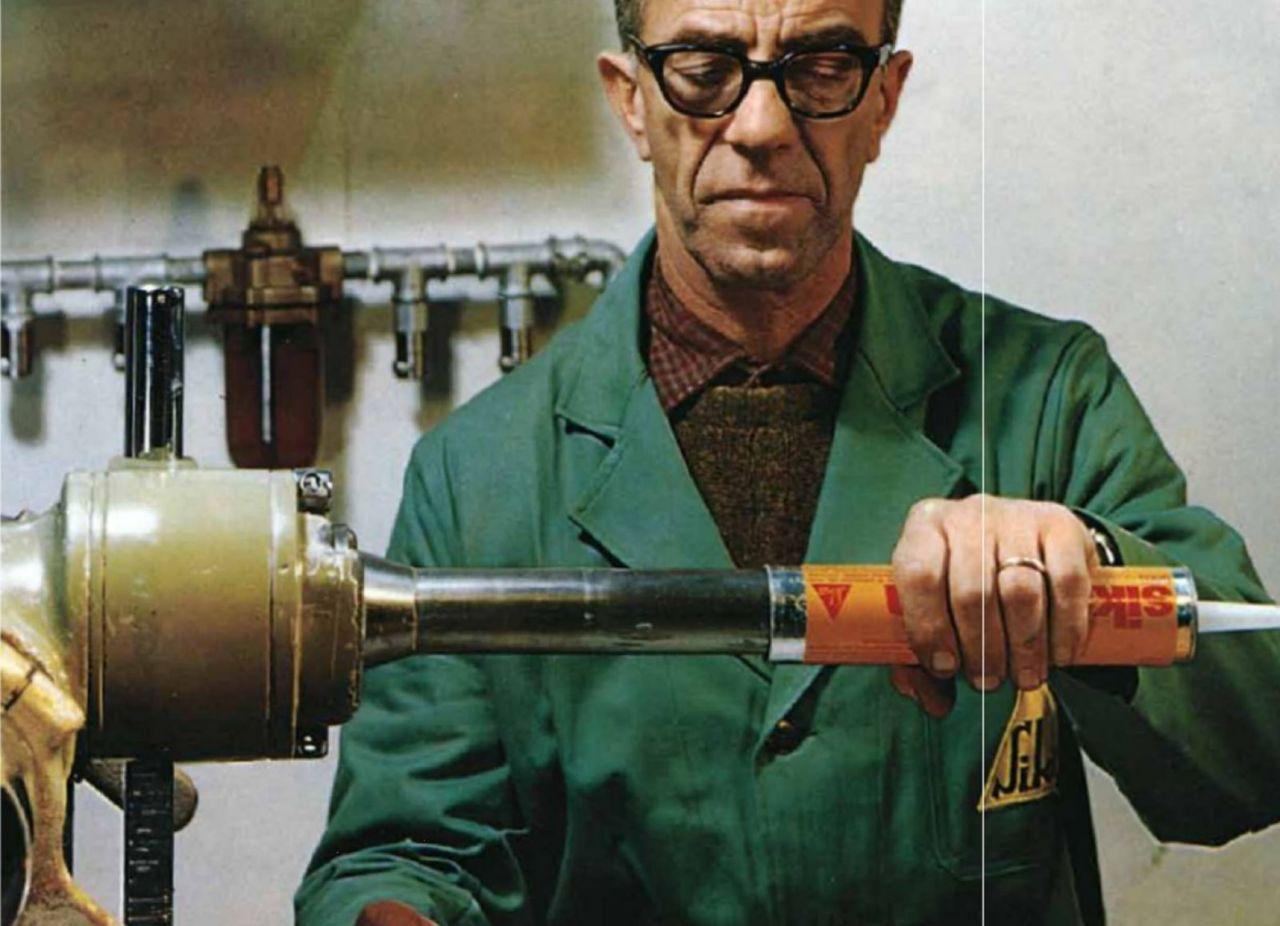 Tecnico lavora su una cartuccia, anni '70
