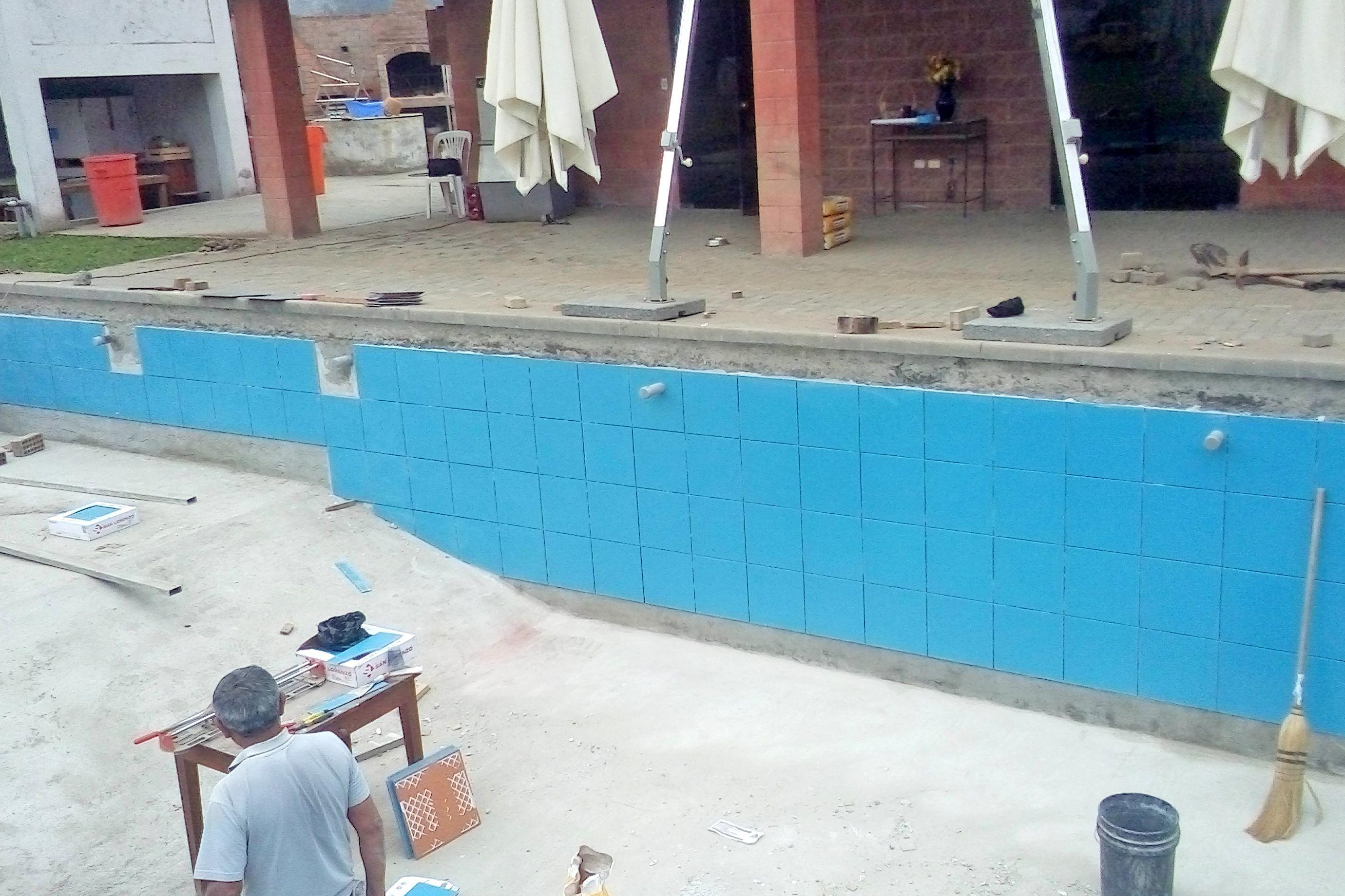 Pegado cerámico en piscina 1