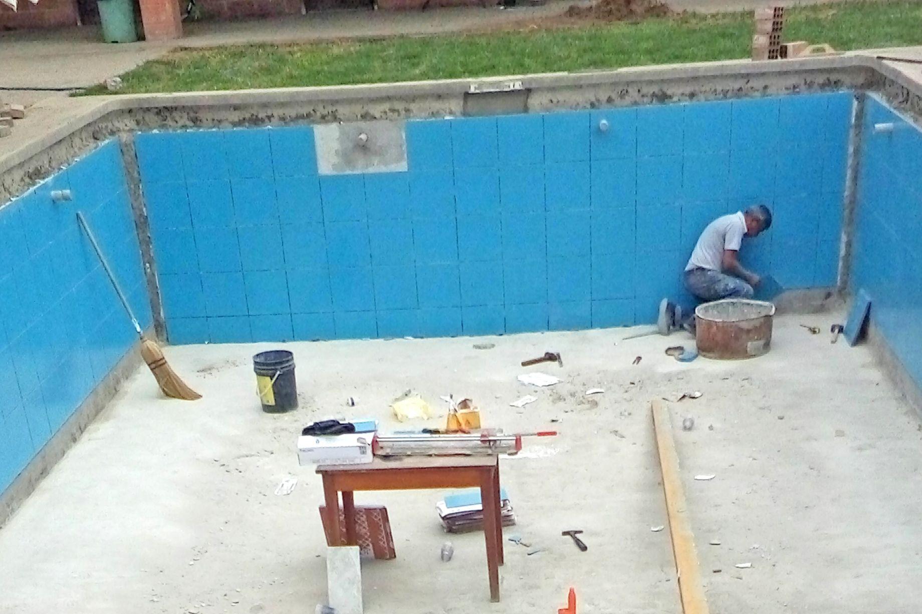 Pegado cerámico en piscina 2