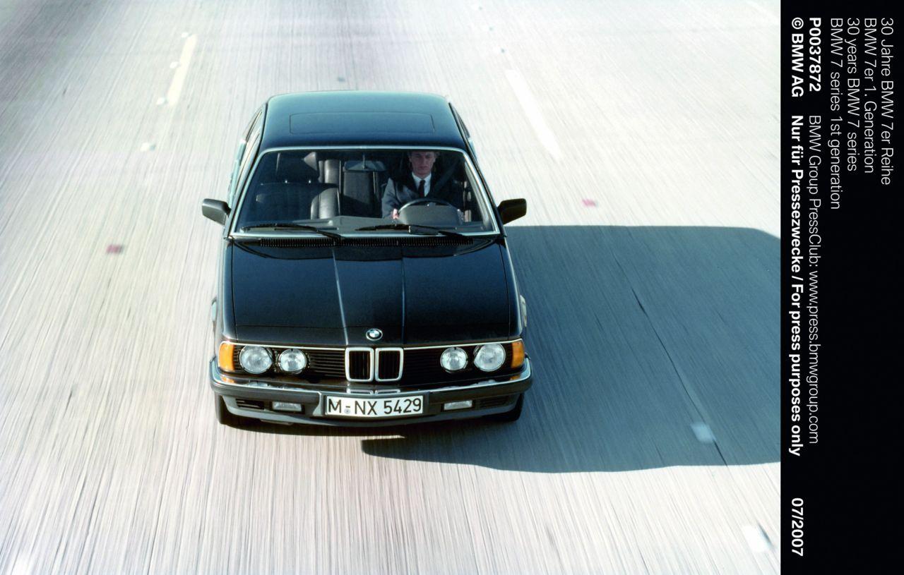Sikaflex yapıştırıcı, 80'lerin sonlarındaki BMW 7 serisinin ön camı için kullanıldı